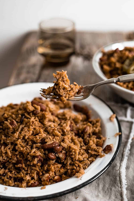 Du riz aux haricots à la caraïbéenne sur une fourchette