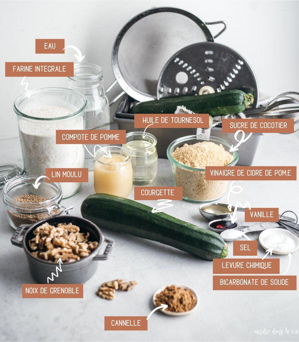 Ingrédients du pain aux courgettes végétalien étalés sur une surface