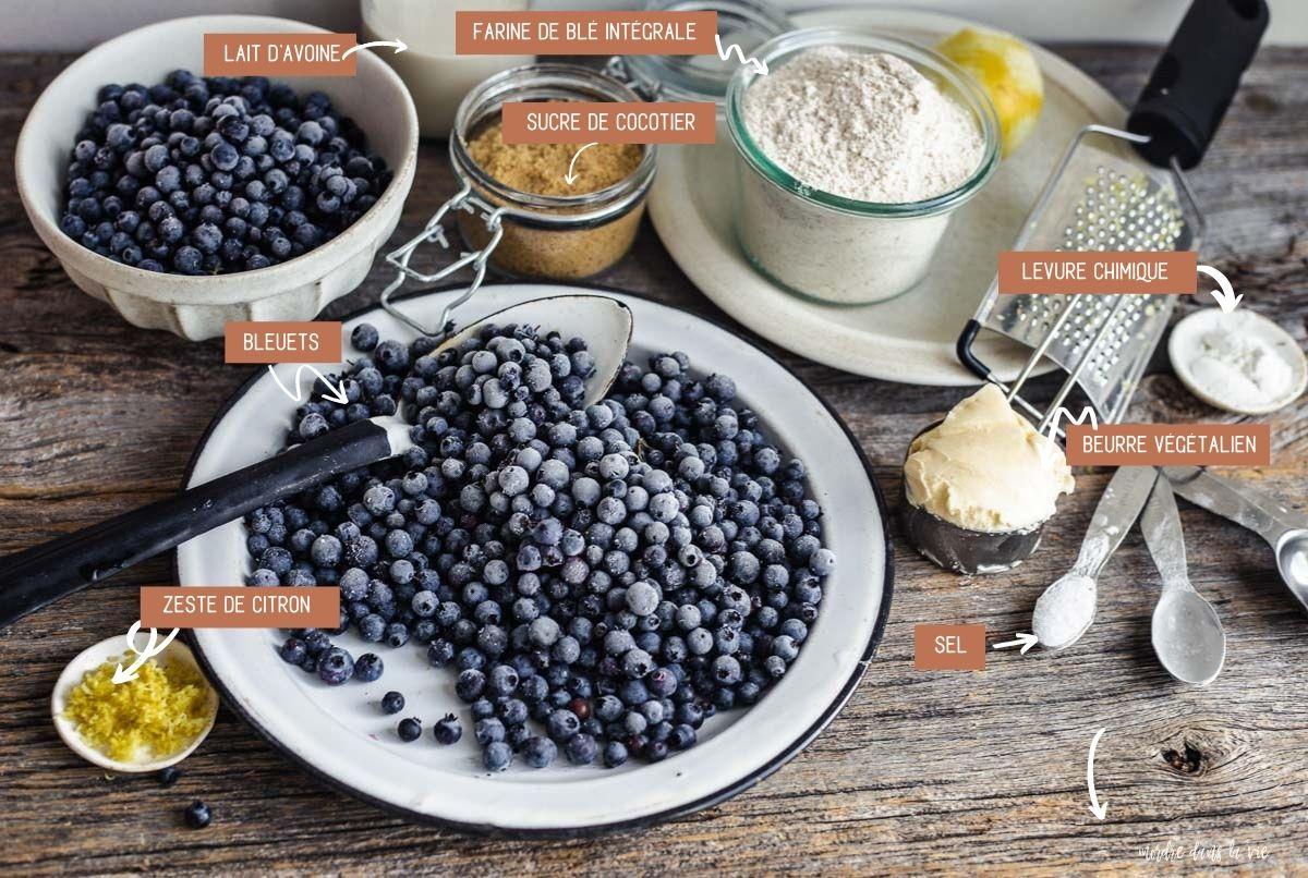 Ingrédients du cobbler aux bleuets végétalien étalés sur une surface